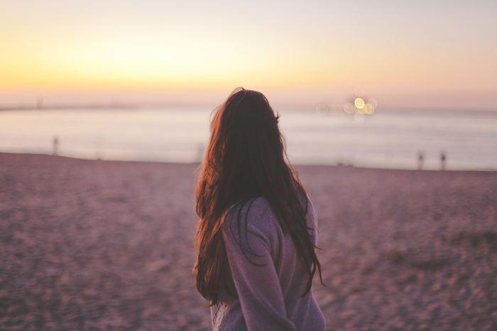 ちょっと厳しい言い方になってしまいますが、もしかしたら自意識過剰気味になっていて、誰も気にしていないことで勝手に苦しんでいるだけの可能性もあります。人は意外と自分のことに夢中で、他の人のことなど目に入っていないこともあります。なので、過剰に周りを気にするのも今日からやめにしましょう。