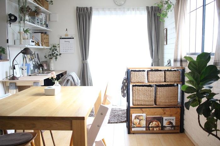リビングの空間をダイニングスペースとキッズスペースに分けたい時には、「間仕切り家具」を活用してみてはいかがでしょうか。こちらのようにお部屋の真ん中に棚を設置するだけで、空間を上手に分けることができますよ。こうしておけば棚が目隠しになって、おもちゃのゴチャゴチャ感も気にならなくなりますね。