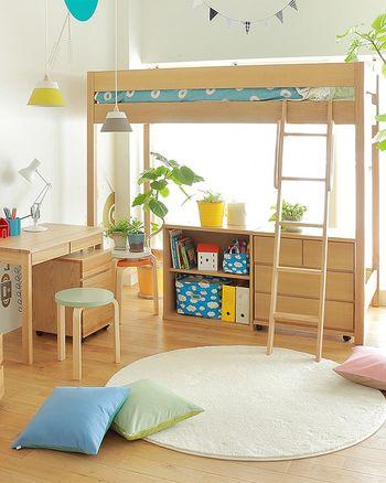 子供部屋の限られたスペースを有効活用したい時には、ロフトベッド・デスク・収納家具がワンセットになった「システムベッド」を選んでみてはいかがでしょうか。ベッドやデスク、収納棚はそれぞれ単体で使用できるので、間取りに合わせて自由にレイアウトを変更できますよ。