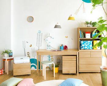 シンプルで飽きのこないデザインなら、お子さんが成長しても長く使い続けることができます。ベッド・デスク・収納棚など基本の家具を揃えておくと、雑貨やファブリックを変えるだけで簡単にお部屋をイメージチェンジできますよ。