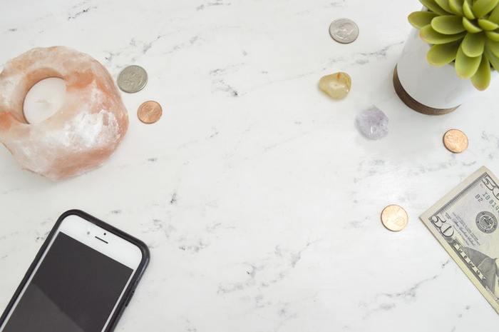 「支出をおさえる」というと、苦しいイメージが伴いがちですが、アプリなど、気楽に、手軽に始められる貯金方法もあるんですね。貯金はコツコツと少しずつでも、365日長く続けることで、お得感のある、大きな成果を得られるものです。「500万」という金額も、一人暮らしの方であってもは夢ではなく、現実的に手が届く目標額になりますよ。  さらに「500万」を10回重ねれば・・・老後までゆっくりと過ごせる、マイホーム購入も可能かもしれません。  継続は力なり♪ぜひ、自分に合った貯金方法を見つけてみてください。
