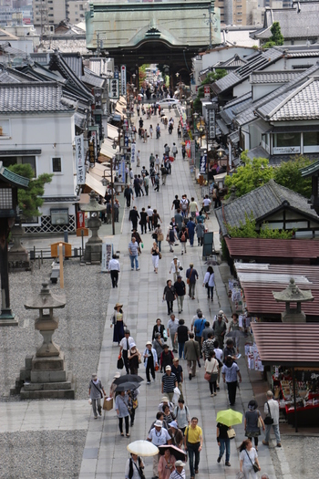 「遠くとも一度は参れ善光寺」 これは、江戸時代から人々の間で語り継がれてきた言葉です。一度でもいいから善光寺でお参りを。そうすれば極楽往生が約束される、と古くから信じられているのです。