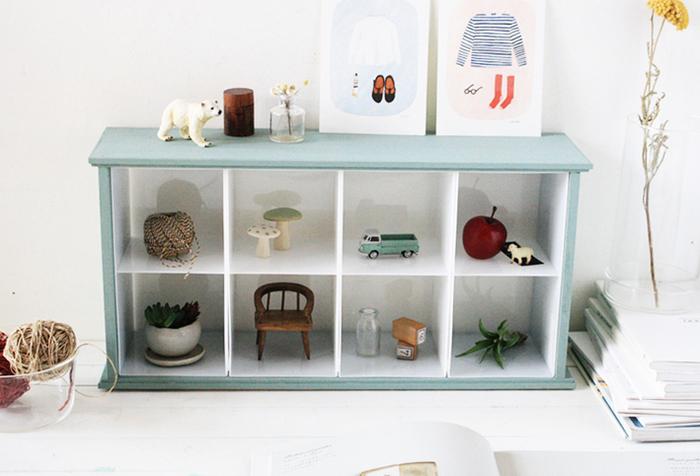 子供部屋はもちろん、リビングやキッチンにもおすすめの可愛い「ディスプレイ収納ラック」です。使用する材料はすべて100均のアイテムばかり。中が小さく仕切られているので、マスコットやおもちゃなどを飾って、おしゃれなディスプレイを楽しむことができますよ。