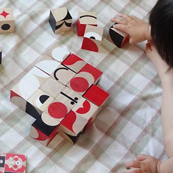 25個の幾何学模様のブロックを組み合わせて遊ぶ木製パズル。ひとつひとつはシンプルな柄ですが、人の顔や動物など様々なデザインが作れます。