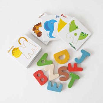 アルファベットのブロックとポップなイラストカードのセットです。それぞれのカードに文字が隠れていて、ゲーム感覚でアルファベットを覚えられます。