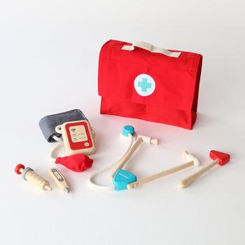 リアルなお医者さんごっこが楽しめる、PLANTOYS(プラントイ)のドクターセット。お医者さんカバンの中には、木製の聴診器、注射器、体温計、血圧計、かっけ(殴打器)が入っています。