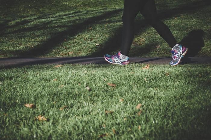姿勢の次は歩き方。かかとから着地し、つま先で蹴り出すように歩きましょう。膝は負担がかかりやすいので、なるべく伸ばし、腰から前に出すようなイメージで歩いてみましょうね。歩幅を広くし、早歩きでウォーキングすると運動量が増えるのでおすすめです。