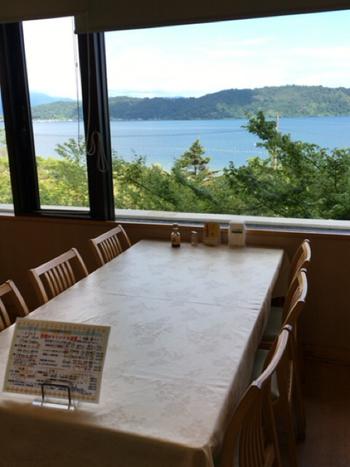 レストランや露天風呂からは、琵琶湖を一望することができます。露天風呂は天然温泉で、日帰りでの入浴も可能です。