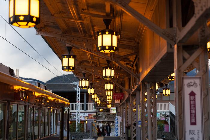 3つの駅の中でも市街地からアクセスしやすいのが、嵐電「嵐山駅」。観光スポットに近く、お土産屋さんも隣接しており、駅構内でのライトアップを楽しめるのも嬉しいところ。