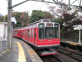 日本有数の観光地でもあり、人気の紅葉スポットでもある、箱根。  多方面からのアクセスが良いため、都内はもとより全国からも多くの人が紅葉狩りに訪れます。  箱根登山鉄道は、小田原駅から、箱根湯本駅、そして強羅駅までを結び、箱根の紅葉狩りには欠かせない路線です。  通常の列車よりも大きめの車窓から、標高に応じで変わりゆく紅葉を堪能することができます。