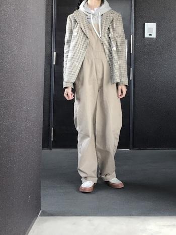 ちょっぴりおじさんっぽくて可愛らしいグレンチェックのジャケット。ゆったりサロペット&パーカーと合わせた、リラックス感漂う上級者トラッドコーデ。