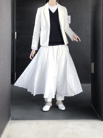 ジャケットはきちんとしすぎず、可愛らしく着こなしたいのがナチュラルトラッドの極意。ふんわりスカートにパンツをレイヤードしても、ホワイトカラーでまとめた着こなしは軽やかな印象に。