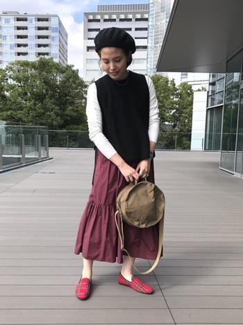 黒いベストも着まわしやすく、一枚は持っておきたいアイテム◎。タータンチェックのシューズやベレー帽で、ほんのりとトラッドを取り入れて。
