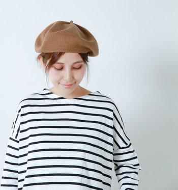 やわらかでゆったりしたベレー帽は、さっとかぶるだけでナチュラルトラッドな雰囲気に。シンプルなボーダーに合わせるだけで、ぐっとオシャレ度が増します。