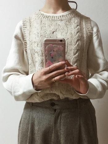 ナチュラルトラッドに欠かせないアイテムと言えばベスト。アラン編みのこちらは、雰囲気のあるほっこりとした着こなしにぴったりです。