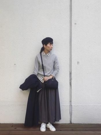 ロングスカートのナチュラルなトラッドスタイル。グレーのニットから、ストライプのシャツをちらりと見せてアクセントに。