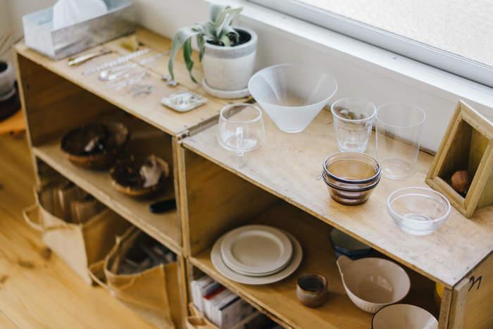 コンパクトな間取りのお部屋では、高い家具を置かないことです。部屋に入ったときに高い家具が視界に入ると、圧迫感があり、狭く感じられます。どうしても置きたい場合は、入り口付近に配置し、視界に入りにくい工夫をするとよいでしょう。新しく家具を買うのなら、背丈の低いものを選ぶのがおすすめです。