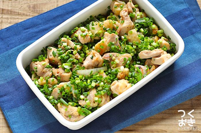 鶏もも肉をネギたっぷりのポン酢に浸しておくレシピです。ネギには、小ネギとタマネギを両方使用。シンプルな味付けでさっぱり食べられるでしょう。食べる時に柚子胡椒を添えても美味しいのだそう♪  ●冷蔵庫で5日保存できます。