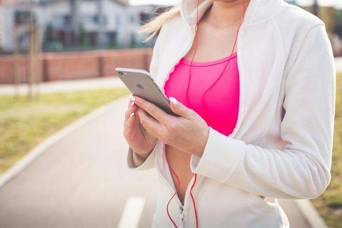 お気に入りの音楽をかけてウォーキングを楽しんで♪アップテンポの音楽にあわせて歩くと自然と運動量もアップするかも!?(※ヘッドフォンやイヤフォンなどを使う際は、周りの音や環境にも気をつけて、事故のないようにウォーキングを行ってください。)
