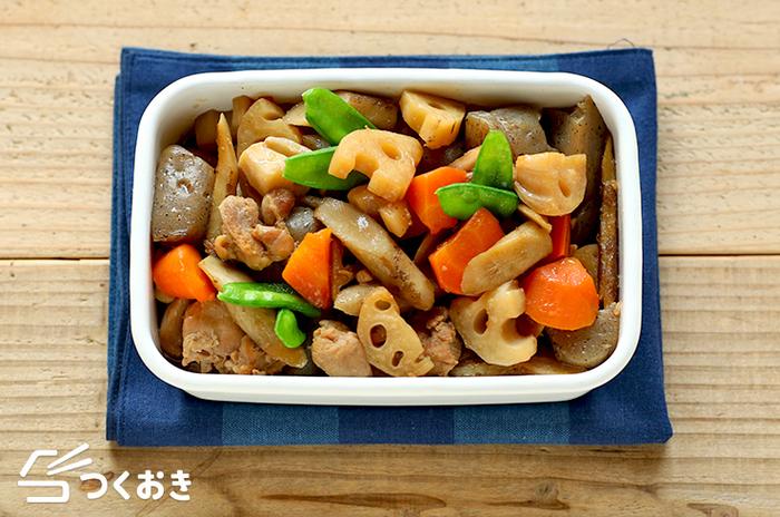 野菜が食べたいときには、筑前煮もおすすめ。こちらは基本がマスターできるレシピです。れんこん、にんじん、ゴボウなどの根菜がたっぷり。冷めてもおいしく食べられますよ。  ●冷蔵庫で5日保存できます。