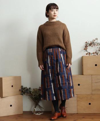 ウールのざっくりとした風合いが、ヴィンテージのような素朴さと温かみをもたらすスカート。シンプルなトップスで、スカートの可愛さを引き立てた着こなしを。