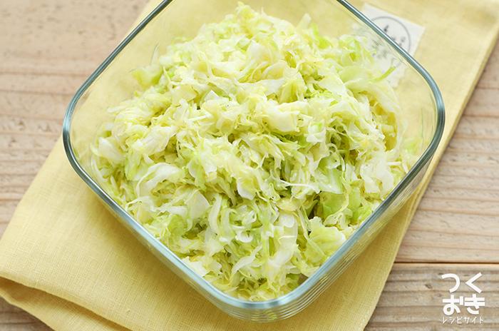 葉物野菜が食べたいときには、キャベツの作り置きレシピもありますよ。こちらは手作りの塩だれの味付け。電子レンジで加熱するので、お手軽に作れるでしょう。  ●冷蔵庫で4日保存できます。