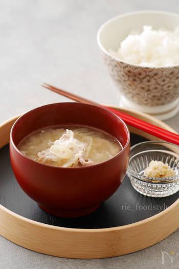 お鍋を洗うのが大変なときには、電子レンジで味噌汁を作る方法もありますよ。こちらの味噌汁には、長ネギとショウガがたっぷり。豚肉が入っているので、ビタミンB群の摂取もできますね。