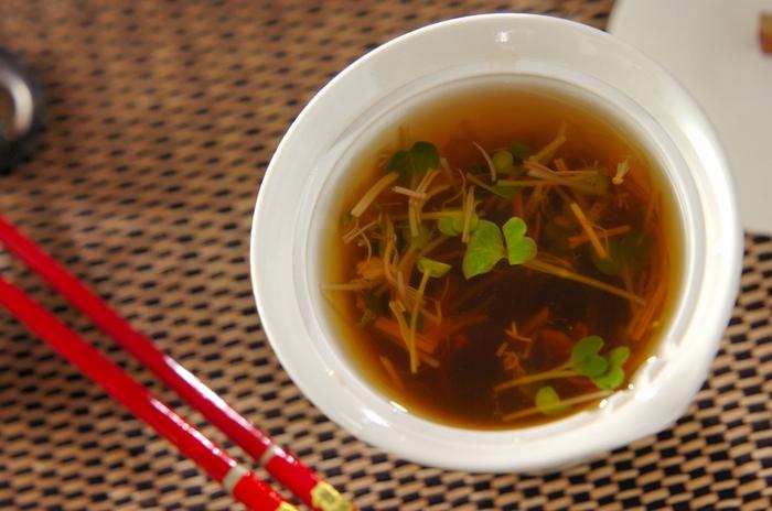 汁物は、味噌汁だけでなくおすましでも良いでしょう。こちらは市販のナメタケを使うレシピ。貝われ菜の緑もかわいらしい一品です。
