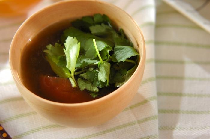 梅干しはご飯の上だけでなく、おすましに入れる方法もありますよ。器に梅干しを入れて、そこにとろろ昆布などが入ったおすましを注ぎます。仕上げにミツバで彩りを添えましょう。