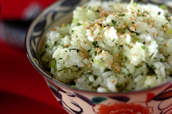 野菜はおかずや汁物に使うだけでなく、ご飯に混ぜて食べることもできるんですよ。こちらは小松菜とチリメンジャコを炒めてから、ご飯に混ぜて作ります。仕上げに白ごまを振れば素敵なアクセントに♪