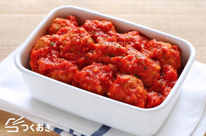 作り置きおかずには、洋風レシピもいろいろありますので、パンに合うものを自由に合わせてみましょう。こちらは、「ミートボールのトマト煮」のレシピ。冷凍保存もできますよ♪