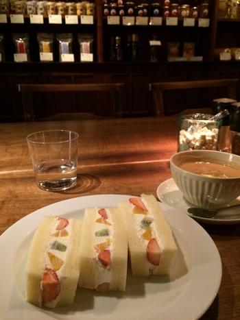 夜の小腹ふさぎに、たまには甘いものでも。『フルーツサンド』は生クリームに北海道・根訓地区産の牛乳のみを使い、ふわふわではなくもちもち噛み応えのある食パンは同店の自家製です。  ※秋以降は同店の名物『マメヒコの焼き林檎』もメニューに並びます。