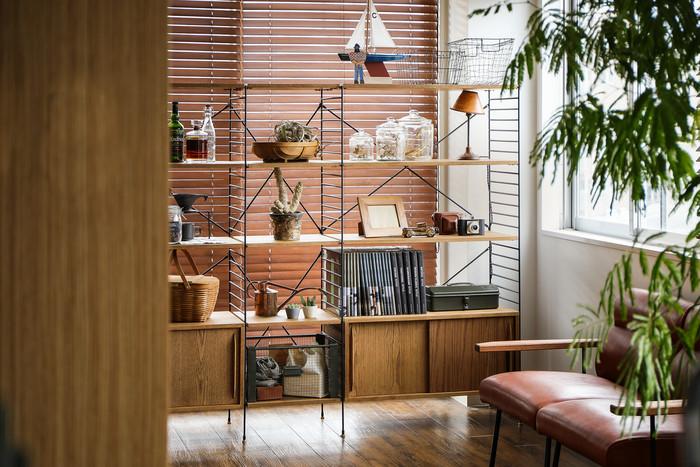 シェルフやキャビネットを自由に組み合わせて使えるシリーズ家具なら、同じ規格の物を揃えやすく、後からパーツを追加して収納スペースを増やすこともできます。 今回はそんなシリーズで使える機能的でおしゃれな「収納家具」を、キッチンやサニタリールームなどのお部屋ごとにご紹介します♪