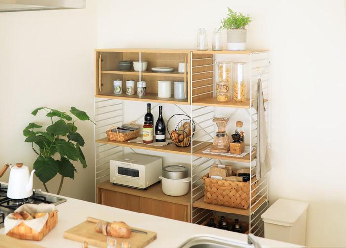 オーブントースターに炊飯器、調味料や食品のストック、食器類など。様々な日用品や食品が集まるキッチンは、見た目にすっきりと収納するのが難しく、雑然とした印象になりやすい場所ですよね。そんなキッチン周りの整理・整頓に活躍してくれるのが、アイアン×木の組合せがスタイリッシュな「R.U.S(ラス)」シリーズの収納家具です。