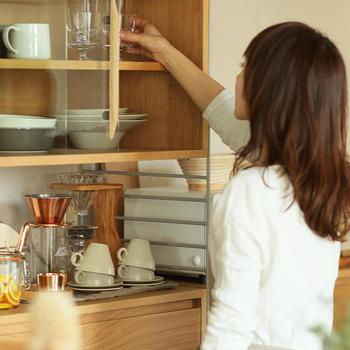 """""""暮らしに、はまる""""をコンセプトに作られた「R.U.S」シリーズは、キッチンをはじめ、リビングや書斎など、おうちの中の様々な場所で使用できる""""組み合わせシェルフ""""です。こちらのキッチン収納セットは、お気に入りの食器をディスプレイしながら収納できるガラスキャビネットと、食品ストックの収納に便利なウッドキャビネットの組合せです。"""