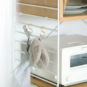 フレーム横のピッチは5㎝刻みで調整できるので、収納したいものに合わせて自由に棚の位置を変えることができます。ピッチにS字フックをかければ、エプロンや鍋つかみの収納場所としても活用できますよ。アイディア次第でいろんな使い方が楽しめる「R.U.S」シリーズで、キッチンを快適に、おしゃれな空間にしてみませんか?