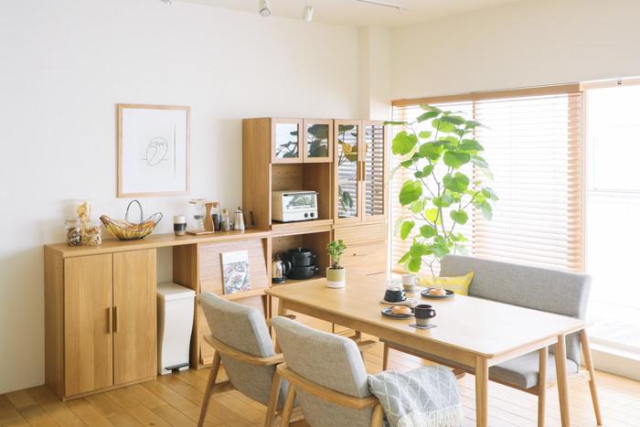 こちらはチェストやオープン引き出し、マガジンラックなど、6タイプの収納を自由に組み合わせてつくる「Rekit(リキット)」シリーズのキッチン壁面収納です。木のぬくもり溢れるシンプルなデザインは、北欧テイストのお部屋にもぴったり。自然の風合いを活かしたナチュラルな素材感が、キッチンやダイニングを優しい雰囲気に演出してくれます。