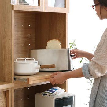 お部屋のスペースや目的に合わせて、6タイプの収納家具の中から好きなデザインを選ぶことができます。たとえばこちらの「Rekit ガラスオープン扉60」は、上段がガラスキャビネット、下段はスライド式のオープン引き出しというデザイン。スライド棚の背面にはコンセントが付いているので、トースターなどのキッチン家電を収納できますよ。