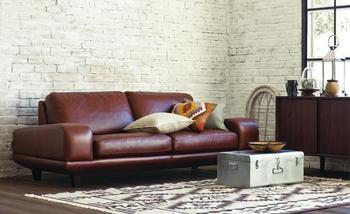 革製のソファは合皮や布に比べて寿命の長く、お手入れ次第で独特の味わい深さが楽しめます。お手入れの方法は財布や鞄などと同じくブラッシングをしてから、レザー専用のワックスを塗って保湿をした方がいいのですが、ソファの場合は年に一度のお手入れで十分です。