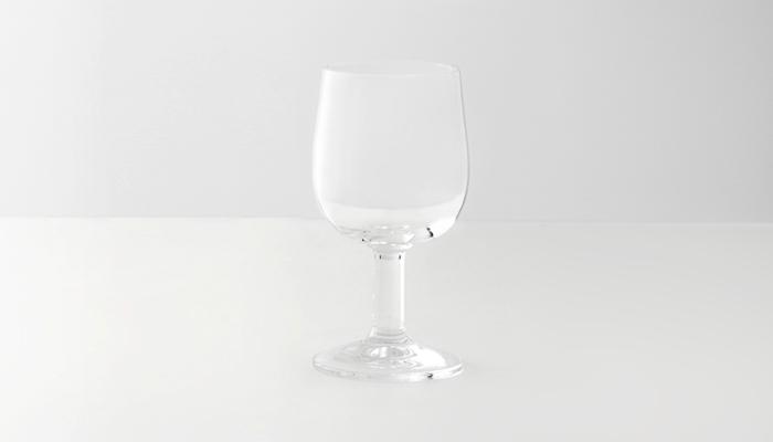 シンプルで気どらない、癖が無いからずっと使い続けたい・・・そんなワイングラスが「コモン」のグラス。太めのステムで安定感とカジュアルな雰囲気があります。