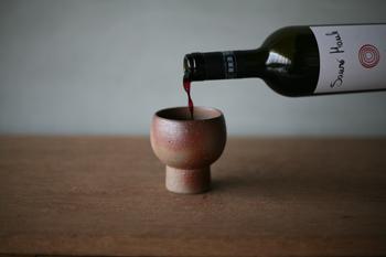 普通のワイングラスとは一味違ったものが欲しい。そんな人には備前焼のワインカップはいかが?自然な色味と土の力を感じる質感が、違ったワインの魅力を引き出してくれそう。