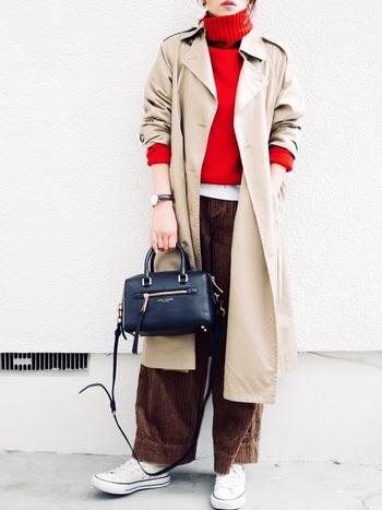 鮮やかレッド×ブラウン・ベージュも大人っぽい組み合わせです。インナーのTシャツを裾から覗かせたり、ワントーン明るめのアウターを合わせると柔らかな秋冬コーデに。