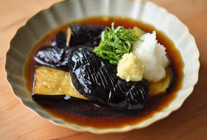 大根おろしを薬味として楽しむレシピです。シンプルですが、素材の味やなすとの相性を味わえるのが魅力。熱々のつゆをかけて食べますが、そのまま冷ましてもおいしく食べられますよ。