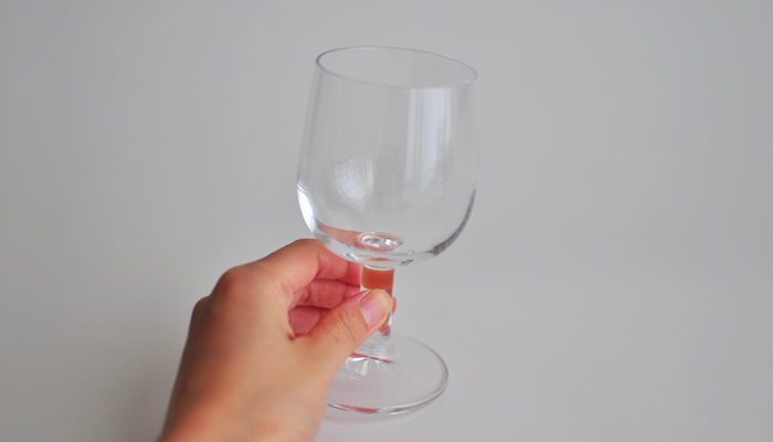 ワインの温度を変えないために、足の部分を持って飲むのが一般的。でもこれ、日本でのお話ってご存知でした?足を持ってワインを飲むのはプロのテイスティングの場合のみで、世界的にはワインの入った丸い部分を持って飲むのが主流のようです。場所やメンバーに合わせて、美味しく飲めるマナーで乾杯!が無難な選択でしょう。