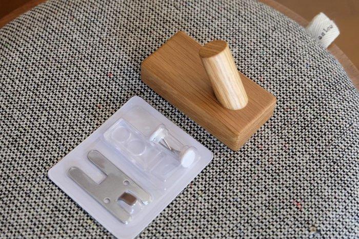 ナチュラルなデザインが可愛い木製の「フック」は、洋服やバッグを壁に掛けたい時に重宝するアイテムです。スリムな形状でどんな場所にも設置しやすく、リビングや玄関などのデッドスペースを余すことなく有効に活用できます。