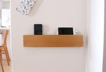 長押タイプは物をのせて収納できるので、たとえばこちらのようにスマホの充電場所として使用することもできますよ。「壁に取り付けられる家具」は同梱されているガイド紙を使って取り付けますが、万が一ガイド紙を紛失してしまっても、マステを使って設置できるそうです。家具を取り付ける際には、以下のリンク先のページをぜひ参考にしてみてくださいね。