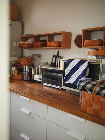 同じ「箱」を組み合わせたキッチンは、天然木のナチュラルな素材感とカラーがとっても素敵ですね。「壁に取り付けられる家具」シリーズには、このほかにも3連ハンガーやコーナー棚など、魅力的なアイテムがラインナップされています。ぜひ色々な家具を組み合わせて、お気に入りの収納スペースを作ってみてはいかがでしょうか。
