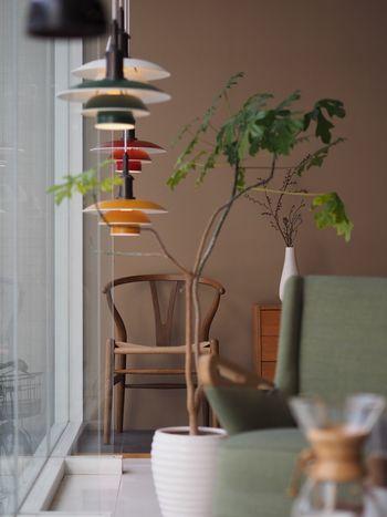 ルイスポールセンの照明は、存在感はあるのにすっと空間になじむ独創的なデザインが魅力。しかしそこには、美しさだけでなく良質で機能的な光へのこだわりが詰まっているのです。  早速、名作照明を見ていきながらその魅力をご紹介していきましょう。