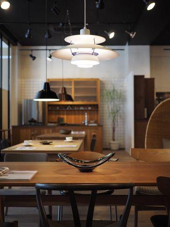 デンマークでは、「国民的照明」とも呼ばれている「PH5」。ルイスポールセンの照明で、特に人気の高いモデルです。  20世紀の照明デザイナーとして、名作を数々生み出したポール・ヘニングセンの代表作。カフェのようにおしゃれな北欧インテリアを目指す方におすすめです。