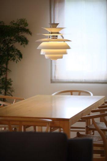 1924年の8枚シェードのランプをリ・デザインして1958年に発表されたのがこちら。コロンと可愛らしいフォルムと、シェードに映る陰影の美しさが素敵。